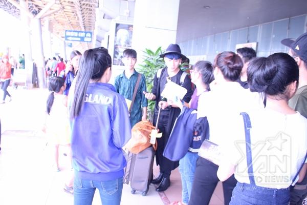Trong lúc chờ đợi taxi để ra về anh chàng đã bị fan phát hiện do trang phục khá nổi bật - Tin sao Viet - Tin tuc sao Viet - Scandal sao Viet - Tin tuc cua Sao - Tin cua Sao