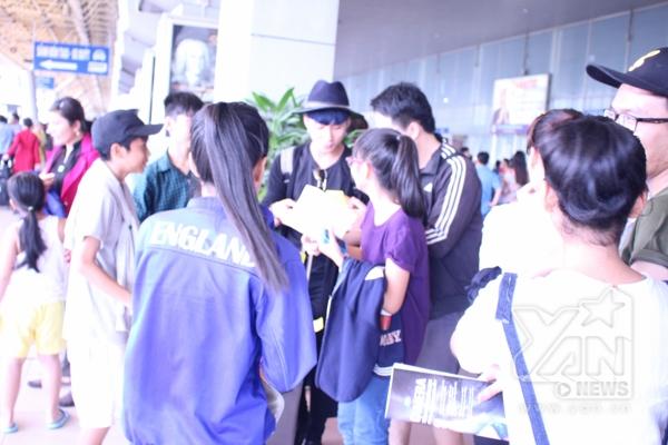 Sơn Tùng M-TP vừa về Việt Nam đã bị fan bủa vây - Tin sao Viet - Tin tuc sao Viet - Scandal sao Viet - Tin tuc cua Sao - Tin cua Sao