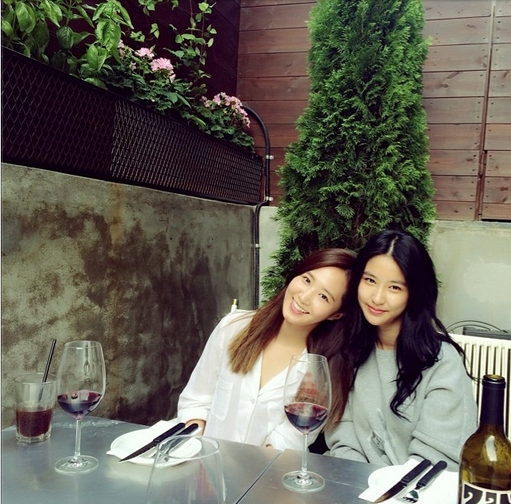 Yuri đăng hình tạo dáng xinh tươi bên cô em họ