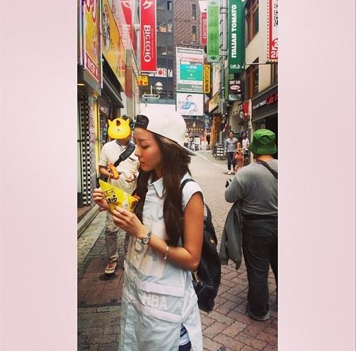 Dara đăng hình đang đi dạo trên phố
