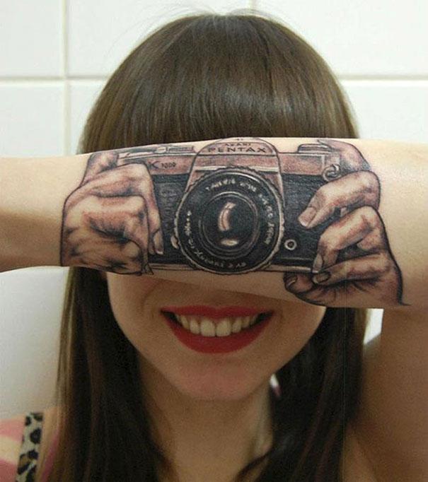 Một biểu tượng của những con người mê chụp ảnh - máy ảnh gần như là một phần cơ thể không thể tách rời khỏi họ.