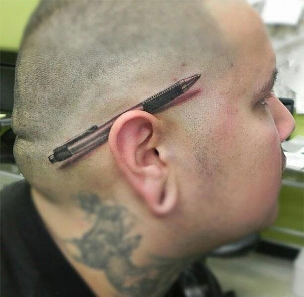 Xăm hẳn một cây bút gác lên tai thế này thì sẽ không bao giờ sợ... mất bút nữa, nhỉ?