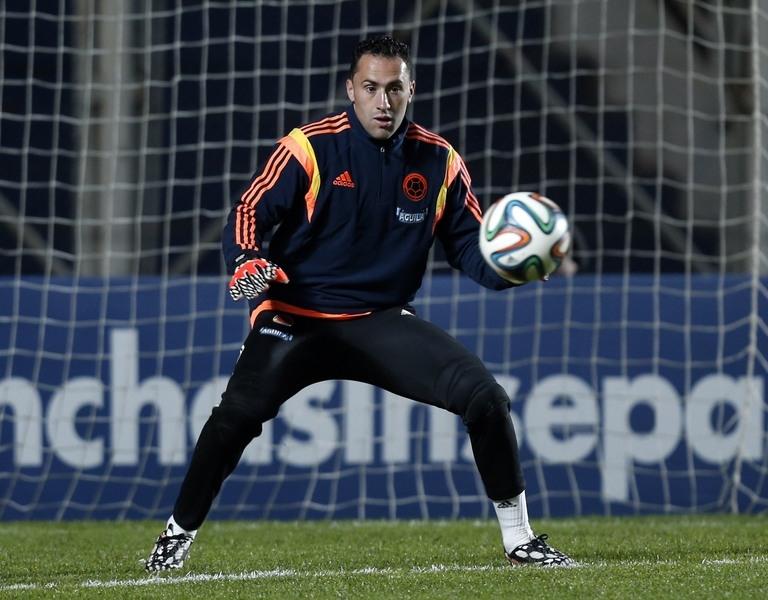 Thủ thành David Ospina chê quả bóng Brazuca rất cứng và nhẹ