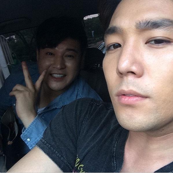 Kang In khoe hình tạo dáng bên Shin Dong
