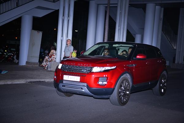 """Đáng chú ý, trong chương trình đêm qua (11/06), hoa hậu Thu Hoài còn sử dụng chiếc xe Range Rover thay cho chiếc Audi A7 thường sử dụng, đây là dòng xe sang trọng mà Hoa hậu Thu Hoài vừa """"tậu"""" cách đây không lâu."""