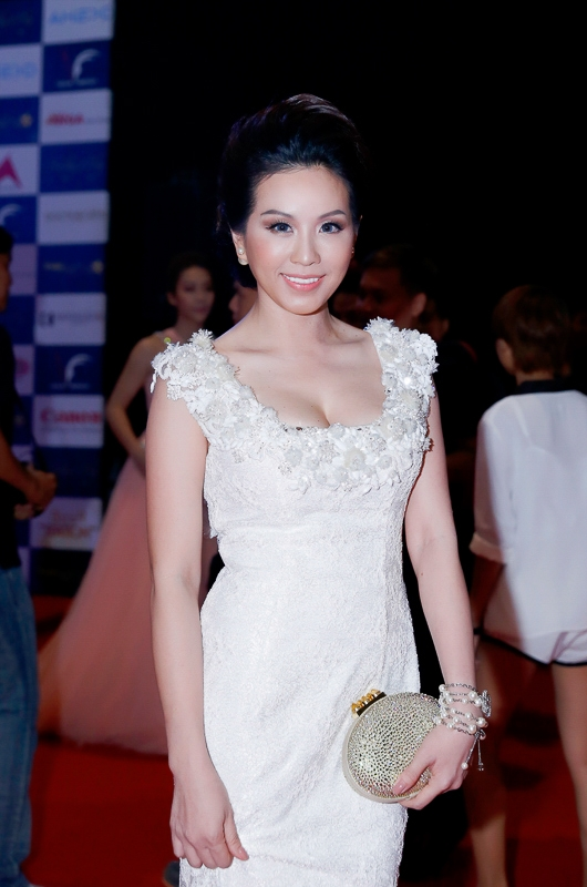 Hoa hậu Thu Hoài đẹp lộng lẫy dự sự kiện với dàn đồ hiệu
