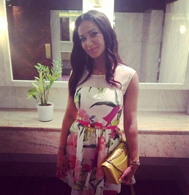 Anita quyến rũ trong chiếc váy hoa