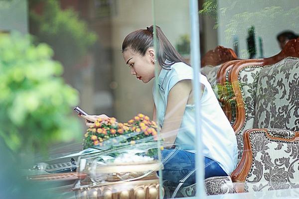 Thanh Hằng giản dị khoe dáng đẹp trên phố với sơ-mi và jean - Tin sao Viet - Tin tuc sao Viet - Scandal sao Viet - Tin tuc cua Sao - Tin cua Sao