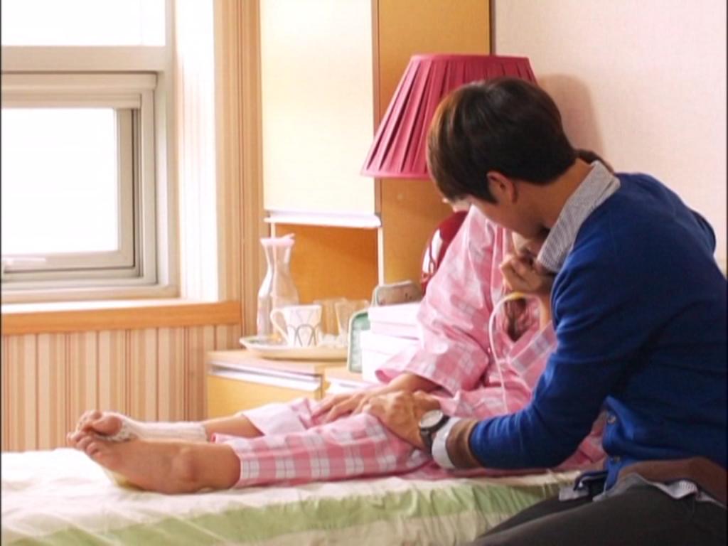 """Biết được sự cố đến với Hanna, Tae Joon nhanh chóng đến chăm sóc cho cô nàng """"thanh mai trúc mã"""" của mình một cách ân cần"""