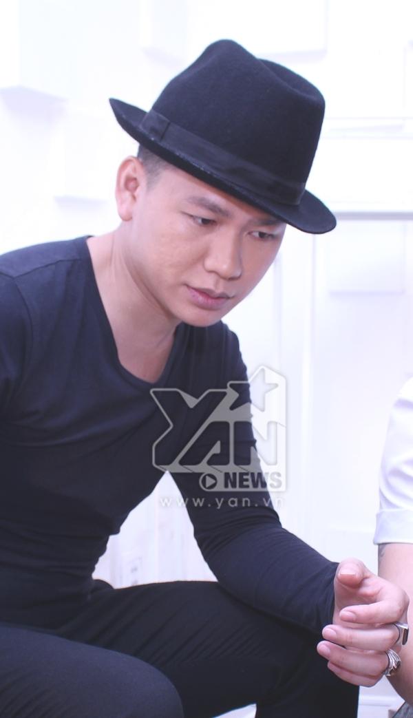 """Nhà thiết kế Hoàng Minh Hà sẽ chọn lựa trang phục, make up, tạo hình phù hợp với cá tính riêng, tìm kiếm những """"điều tiềm ẩn"""" của 12 Gương mặt kế tiếp để họ tỏa sáng với chính mình."""