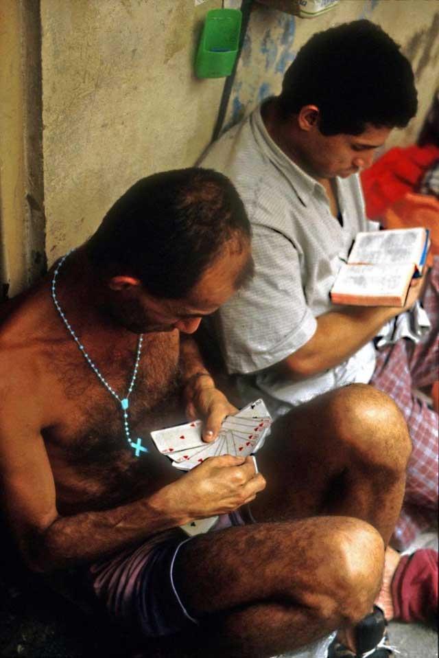 Các tù nhân Brazil ngồi thư giãn