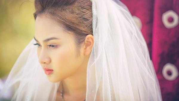 Winny Quyên làm cô dâu lẻ bóng giữa đồng hoang