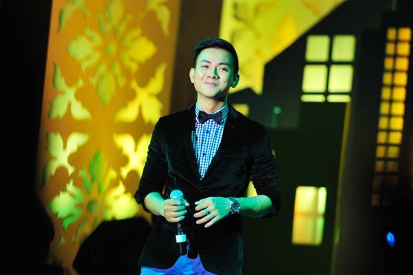 Hoài Lâm xúc động trên sân khấu khi chia sẻ về người cha nuôi Hoài Linh, người đã dạy dỗ Hoài Lâm để có được Hoài Lâm của ngày hôm nay. - Tin sao Viet - Tin tuc sao Viet - Scandal sao Viet - Tin tuc cua Sao - Tin cua Sao