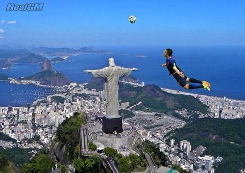 Van Persie bay cao hơn bức tượng Chúa Jesus tại Rio de Janeiro