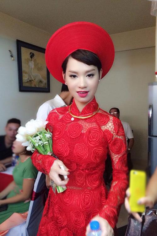 Sáng 14/6, lễ rước dâu của Trà My Idol diễn ra tại khu chung cư cô đang sống ở quận 4, TP HCM. Từ 9h sáng, nữ ca sĩ đã chuẩn bị kỹ lưỡng để đợi nhà trai sang làm lễ. - Tin sao Viet - Tin tuc sao Viet - Scandal sao Viet - Tin tuc cua Sao - Tin cua Sao