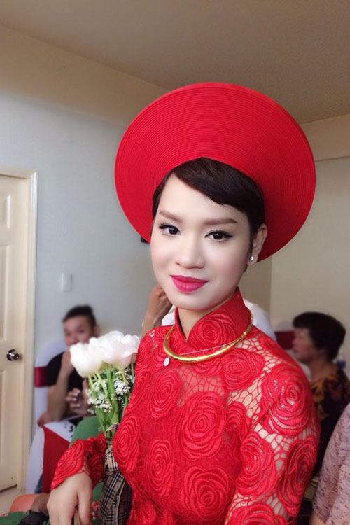 Sáng nay Trà My mặc áo dài truyền thống màu đỏ rực rỡ. Nữ ca sĩ trông rạng rỡ nhưng vẫn không giấu được vẻ hồi hộp. - Tin sao Viet - Tin tuc sao Viet - Scandal sao Viet - Tin tuc cua Sao - Tin cua Sao