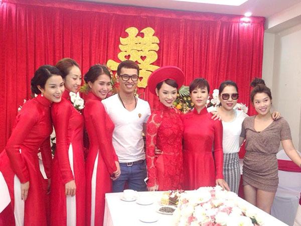 Các ca sĩ Diệp Lâm Anh, Lều Phương Anh, Uyên Linh, stylist Quang Tuyến và một số bạn bè của Trà My cũng có mặt tại buổi lễ. - Tin sao Viet - Tin tuc sao Viet - Scandal sao Viet - Tin tuc cua Sao - Tin cua Sao