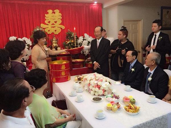 Khoảng 9h30, gia đình hai họ tiến hành làm lễ gia tiên cho tân lang, tân nương. - Tin sao Viet - Tin tuc sao Viet - Scandal sao Viet - Tin tuc cua Sao - Tin cua Sao