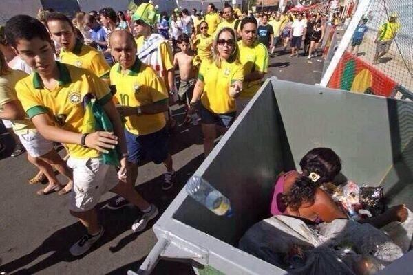 World Cup 2014: Bức ảnh hai mặt cuộc sống lại gây tranh cãi