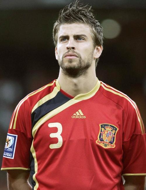 Gerard Pique (1987) là trung vệ của đội tuyển Tây Ban Nha và FC Barcelona, cũng là một người mẫu được săn đón. Anh đang hẹn hò yêu đương với nữ ca sĩ Shakira.