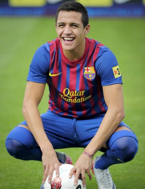 Tiền vệ Alexis Sanchez (1988) của đội tuyển Chile và đang chơi cho Barcelona. Anh chàng có nụ cười hồn nhiên tươi rói rất cuốn hút.