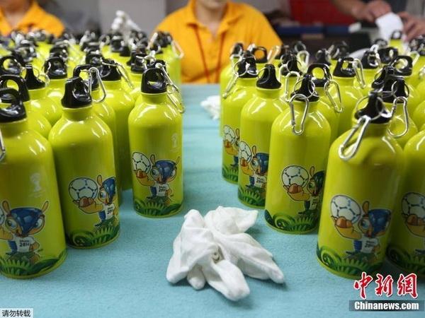 Những bình nước có hình linh vật Fuleco. (Nguồn: CCTVNews)