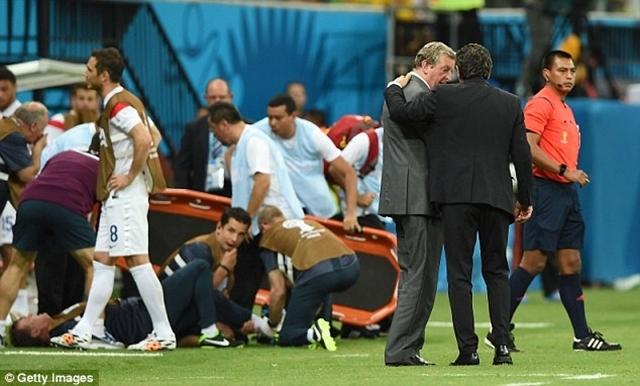 HLV đội tuyển Anh, Roy Hodgson và người đồng nhiệm bên phía Italia, Cesare Prandelli nói chuyện trong lúc Gary Lewin được điều trị trên sân