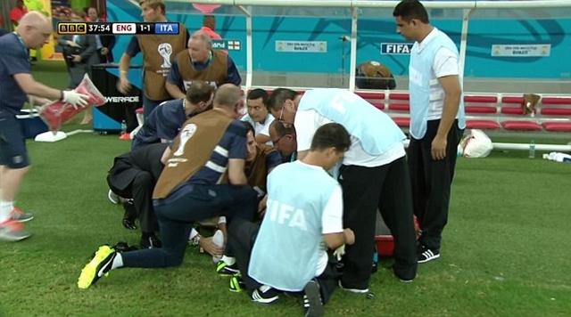 Gary Lewin dính chấn thương khá hy hữu khi ông ăn mừng bàn thắng của đội nhà