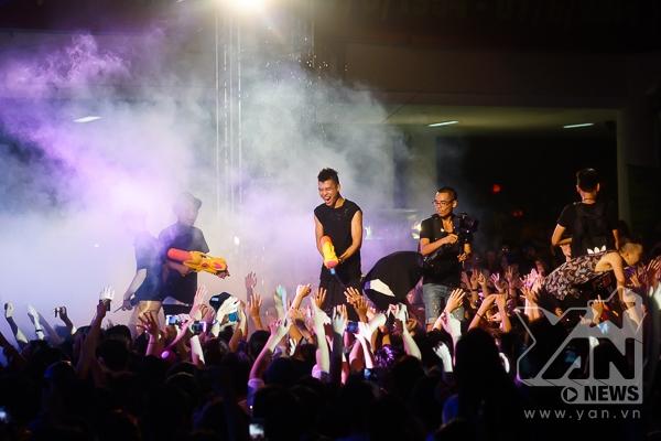 [Young Music] Justa Tee cùng dàn nghệ sĩ bị khán giả tạt nước trên sân khấu