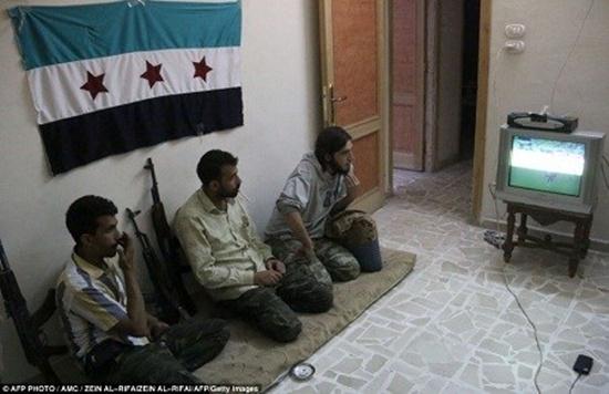 Chiến tranh không làm cho những người lính ở thành phố Aleppo, Syria quên cháy hết mình vì niềm đam mê bóng đá.