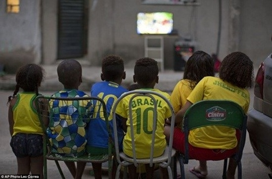 Trẻ em cũng có cách thưởng thức bóng đá rất riêng.