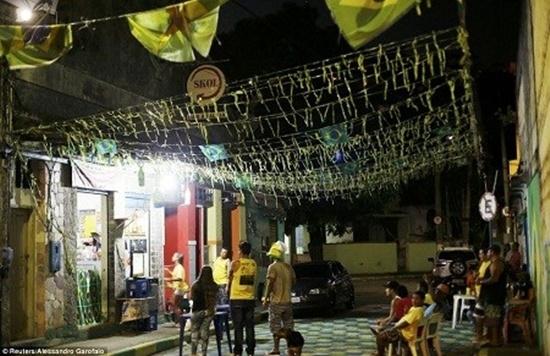 Những người vô gia cư ở ngoại ô thành phố Rio de Janeiro, Brazil tập trung trước những cửa hiệu có màn hình để theo dõi các trận bóng.