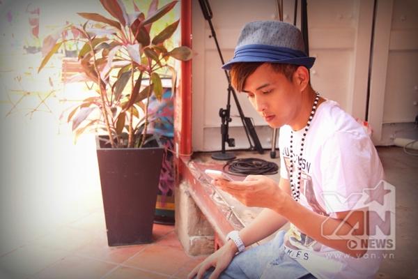 """Bên cạnh đó góp cho album của Hồ Quang Hiếu lần này cũng sẽ là sự trở lại với một sáng tác của nhạc sĩ trẻ Trịnh Đình Quang với ca khúc""""Một tình yêu đúng nghĩa"""" - Tin sao Viet - Tin tuc sao Viet - Scandal sao Viet - Tin tuc cua Sao - Tin cua Sao"""