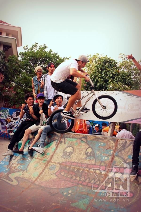 Hồ Quang Hiếu trổ tài chơi bóng rổ - Tin sao Viet - Tin tuc sao Viet - Scandal sao Viet - Tin tuc cua Sao - Tin cua Sao