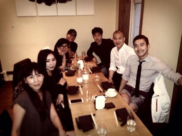 Siwon khoe hình đi du lịch cùng các bạn tại Pháp