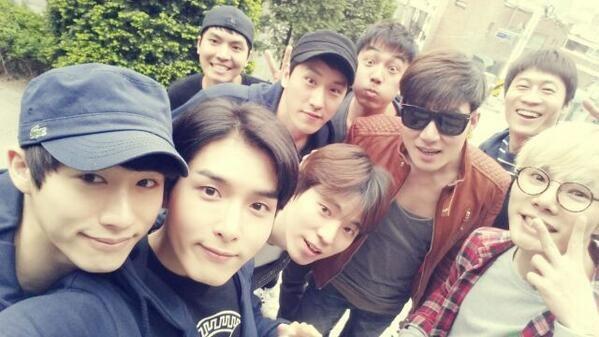 Ryeowook khoe hình chụp cùng những người bạn thân thiết