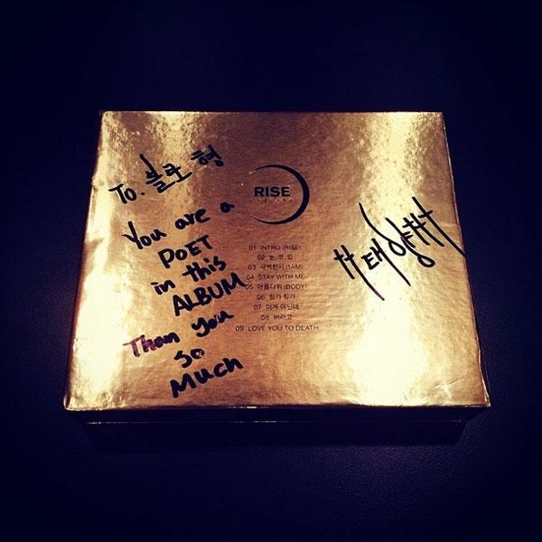 Tablo khoe hình album được Taeyang gửi lời nhắn và ký tặng ngọt ngào