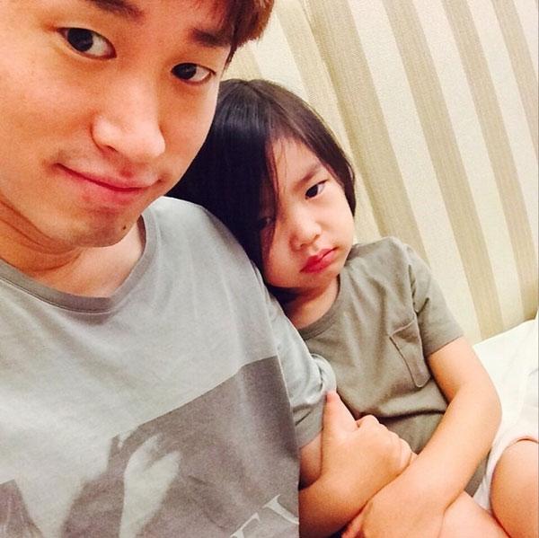Bên cạnh đó, ông bố trẻ không quên khoe hình chụp cùng con gái đáng yêu Haru