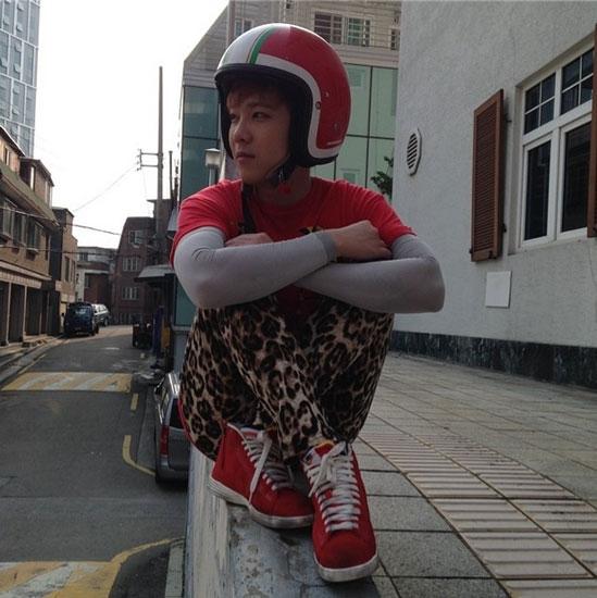 Lee Hong Ki đội nón bảo hiểm cực dễ thương