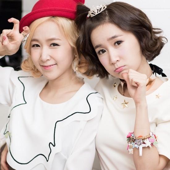 Choa và Way là cặp song sinh giống hệt nhau. Ho luôn cố gắng để phân biệt với nhau bằng cách nhuộm tóc màu sắc khác nhau và tạo phong cách riêng cho từng người.