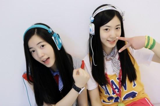 Hai chị em Hyoyoung (5doll) và Hwayoung (cựu thành viên T-ara) là cặp song sinh khó nhận biết nhất trong bảng danh sách này. Từ trang phục đến mái tóc, hai chị em đều diện y chang nhau. Chỉ có thể làm việc khác nhóm, người khác mới dần phân biệt được đâu là chị đâu là em.