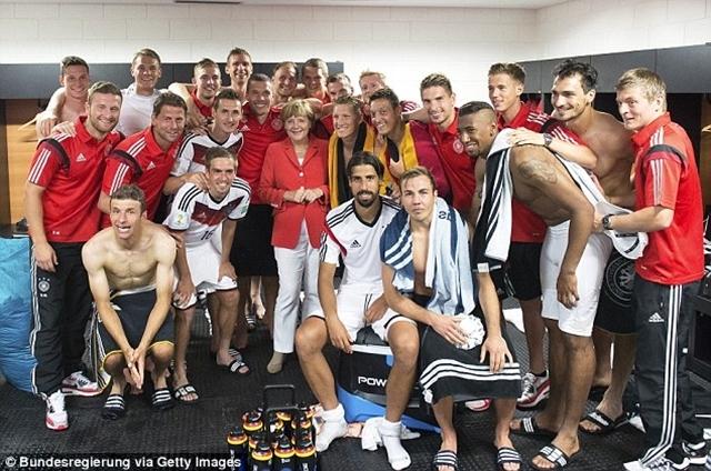 Thủ tướng Đức, Angela Merkel chụp ảnh với các cầu thủ trong phòng thay đồ