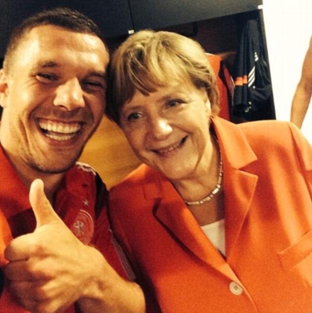 Bà Angela Merkel cổ vũ rất nhiệt tình cho các cầu thủ Đức