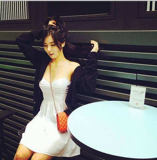 HyunA bất ngờ khoe hình ảnh dịu dàng giữa đường phố