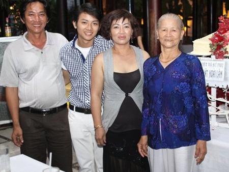 Hoài Lâm bên bà ngoại và bố mẹ