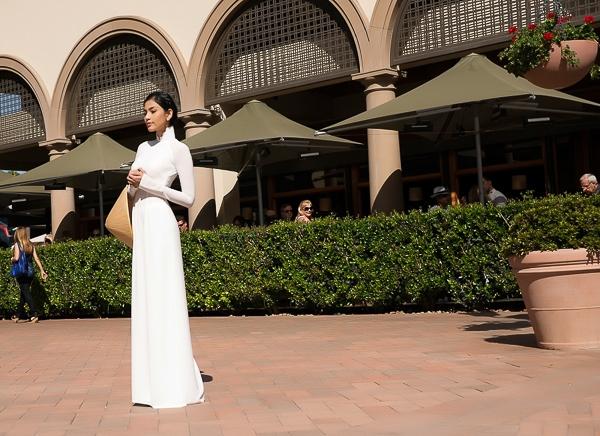 Nhân chuyến lưu diễn tại Mỹ vừa qua, Trương Thị May cũng chọn chiếc áo dài trắng tinh khôi để chụp một bộ ảnh dạo phố xinh đẹp - Tin sao Viet - Tin tuc sao Viet - Scandal sao Viet - Tin tuc cua Sao - Tin cua Sao