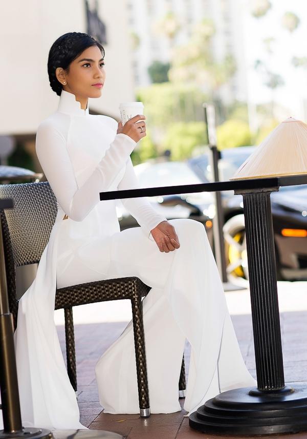 Nếu nói bộ ảnh áo dài trắng này được chuẩn bị bởi 1 stylist thì mẹ Trương Thị May chính là tác giả và cũng là người lên ý tưởng bộ ảnh đẹp này. Bộ ảnh này do nhiếp ảnh gia John Trần thực hiện. - Tin sao Viet - Tin tuc sao Viet - Scandal sao Viet - Tin tuc cua Sao - Tin cua Sao