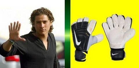 """Cư dân mạng chế ảnh Ochoa """"6 ngón"""" để ca ngợi màn trình diễn của anh trong trận gặp Brazil"""