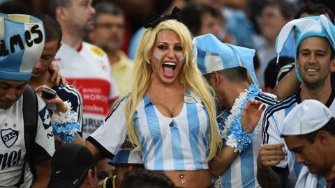 """Cô nàng CĐV """"ngực khủng"""" của Argentina"""