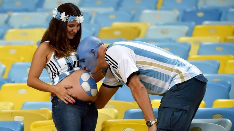Nụ hôn tình cảm của ông bố người Argentina dành cho đứa con sắp chào đời